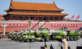 天安門前をパレードする軍事車両(北京)