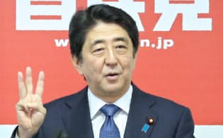 記者会見する安倍首相(24日、自民党本部)