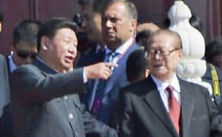 3日の軍事パレードで習氏(左)は江氏と談笑してみせた