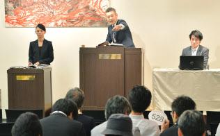 パドルをオークショニアに示して入札する(東京都江東区のマレットジャパン)=写真 塩田信義