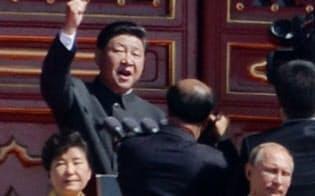軍事パレードを前に拳を振り上げて演説する中国の習国家主席(9月、北京)=写真 柏原敬樹