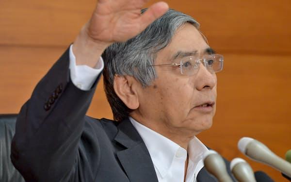 記者会見する黒田日銀総裁(日銀本店)