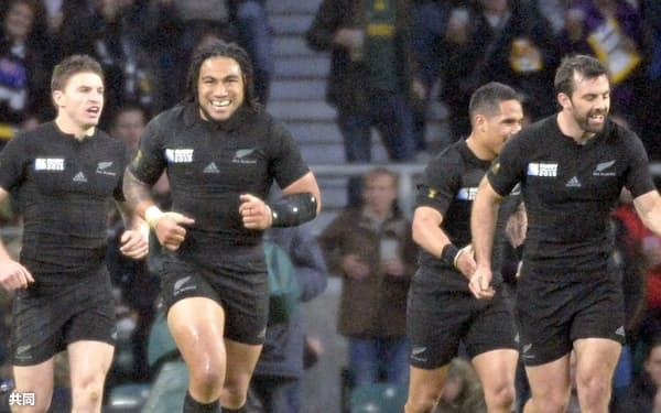 後半、トライを決め笑顔を見せるバレット(左)らニュージーランドの選手たち=共同