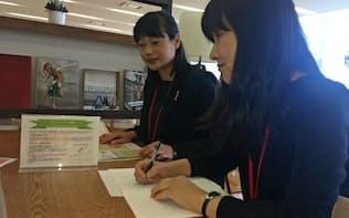 社員が集まる食堂の卓上で、休業制度などの情報を発信する(京都市のワコール本社)