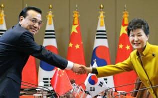 会談前に握手する中国の李首相(左)と韓国の朴大統領(31日、ソウルの青瓦台)=代表撮影・共同