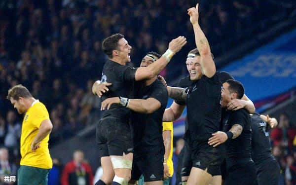 オーストラリアを破り、喜ぶカーター(左から2人目)らニュージーランドの選手たち=共同