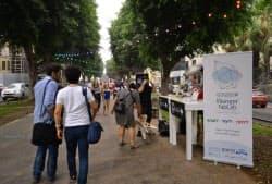 スタートアップの出展ブースに市民が気軽に立ち寄る(9月、イスラエルのテルアビブ)