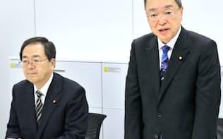与党税制協議会であいさつする宮沢洋一・自民税調会長。左は斉藤・公明税調会長(11日)