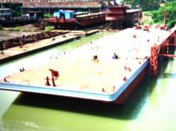 経済発展著しいミャンマーで河川物流に進出(ヤンゴン市内、建造したバージ船)