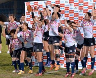 リオ五輪出場を決めて喜ぶラグビー7人制女子の日本代表