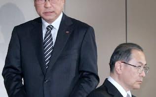 記者会見する室町社長(右)と佐藤監査委員長(7日、東京都港区)