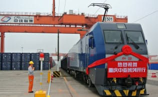内陸部の重慶からは中央アジアへの定期貨物列車の運行も始まった