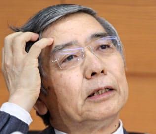 黒田総裁は米利上げと原油市場の行方を注視している(18日、日銀本店での記者会見)
