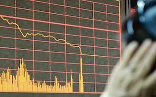 取引が全面停止され、上海株の値動きが止まった証券会社の電光掲示板(4日、北京)=共同