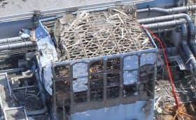 建屋が吹き飛んだ福島第1原発4号機(2011年3月24日)=エアフォートサービス提供