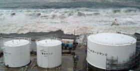 5号機の重油タンクに迫る津波(11年3月11日)=東京電力提供