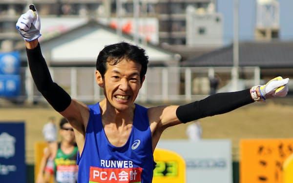 別府大分毎日マラソンで優勝してゴールテープを切る岡村
