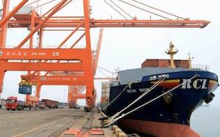 中国の4月輸出は再びマイナスに(中国広西チワン族自治区の港)=共同