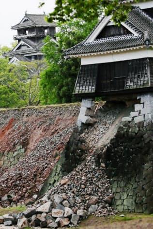 崩れ落ちた熊本城の石垣(17日、熊本市)