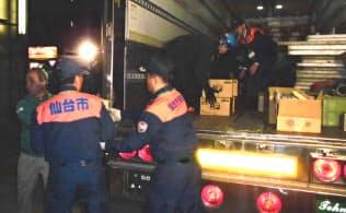 熊本市への支援物資をトラックに積む仙台市職員(16日)