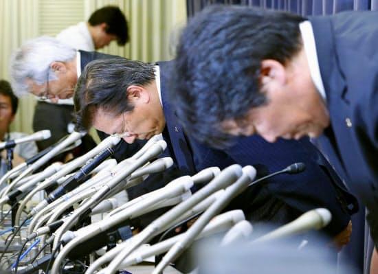 燃費試験の不正行為について謝罪する三菱自動車の相川哲郎社長(中央)=20日、国交省