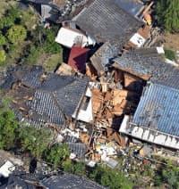 地震で倒壊した住宅(20日、熊本県益城町)