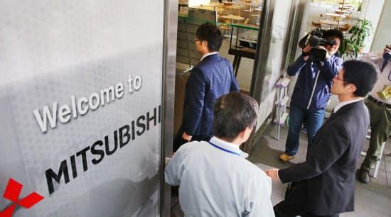 名古屋製作所に立ち入り検査に入る国交省の担当者(21日、愛知県岡崎市)