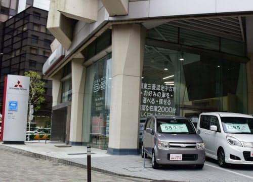 販売店への影響も必至(三菱自の都内販売店、左がeKワゴン)