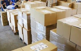 救援物資が大量に積まれた集積場 (20日、熊本県益城町)