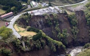 地震による土砂崩れで阿蘇大橋が崩落した現場(22日午前、熊本県南阿蘇村)=共同