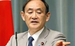熊本地震への激甚災害指定で記者会見する菅官房長官(25日午前、首相官邸)=共同
