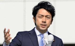 衆院北海道5区補選で、候補者への支持を訴える自民党の小泉進次郎氏(21日、北海道北広島市)=共同