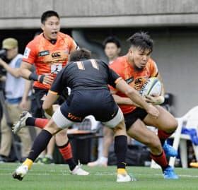 突進する堀江翔太(右)。チームは熊本地震で「被災地へ思いを届ける」という意義を見いだして戦った=共同