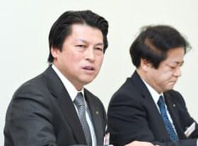 決算発表する大和証券グループ本社の小松幹太専務執行役(左)ら(28日午後、東証)