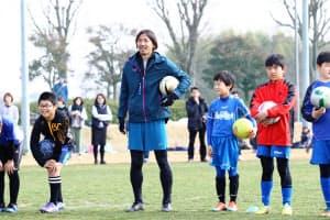 水戸電力はJ2水戸でプレーしたサッカー元日本代表の鈴木隆行氏を地域貢献アドバイザーに招いた