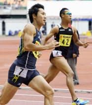 男子200メートル 20秒38で優勝した飯塚翔太。右は2位のサニブラウン・ハキーム(3日、静岡スタジアム)=共同