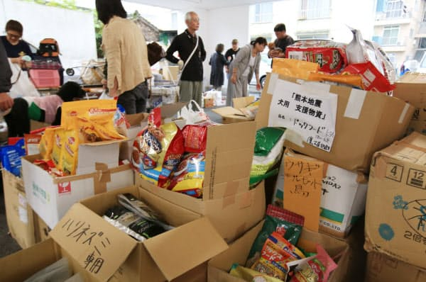 全国から集まったドッグフードやトイレシートなどペット用支援物資。避難所にいる被災ペットに分別して運ばれる(3日、同病院)
