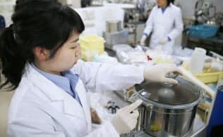 穀物輸入の半分以上は遺伝子組み換えとされる(横浜市金沢区の横浜検疫所輸入食品・検疫検査センター)