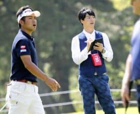 石川(右)はパナソニックオープンでラウンドリポーターを務めた=共同