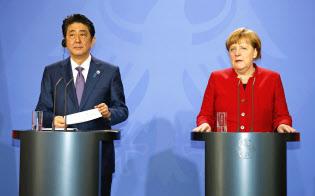 首相は各国首脳に「機動的な財政出動」論を繰り返した(4日、メルケル独首相=右=とベルリン郊外で)=共同