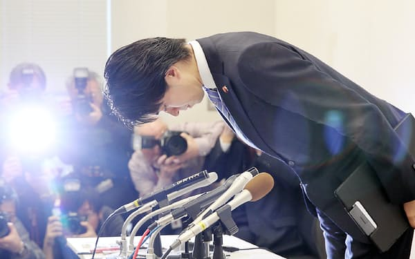 女性問題について記者会見し、謝罪する自民党の宮崎衆院議員(2月12日午前、衆院第2議員会館)