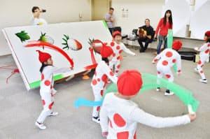 ミュージカル「いちごエクスプレス」の稽古に励む出演者の子どもたち(兵庫県三田市)
