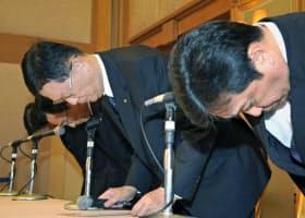記者会見で謝罪する東亜建設工業の松尾正臣社長(右から2人目)ら(6日、横浜市)