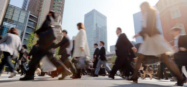 日本の生産年齢人口比率は、2050年にはほぼ5割まで落ち込む見通しだ