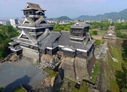 石垣が崩れるなど、地震で大きな被害のあった熊本城天守閣。右奥は宇土櫓(1日)=共同