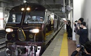 運転が再開され、JR博多駅を出発する豪華寝台列車「ななつ星in九州」(7日)=共同