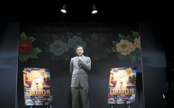 NTTの映像抽出技術を使ってラスベガスからあいさつする市川染五郎さんの擬似3D虚像(7日、東京都大田区)