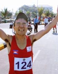 リオデジャネイロ五輪男子マラソンのカンボジア代表選考大会で、優勝を喜ぶ猫ひろし(8日、カンボジア南部カンポート州)=共同