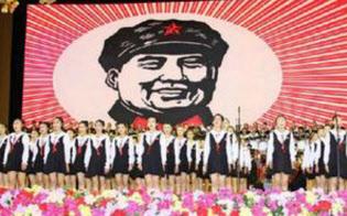 紅い歌を熱唱する中国版AKB48のバックには毛沢東(国営新華社インターネット版から)