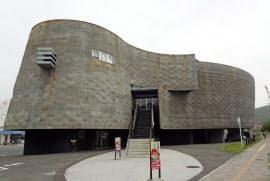 2012年に専用劇場として開業した淡路人形座(兵庫県南あわじ市)
